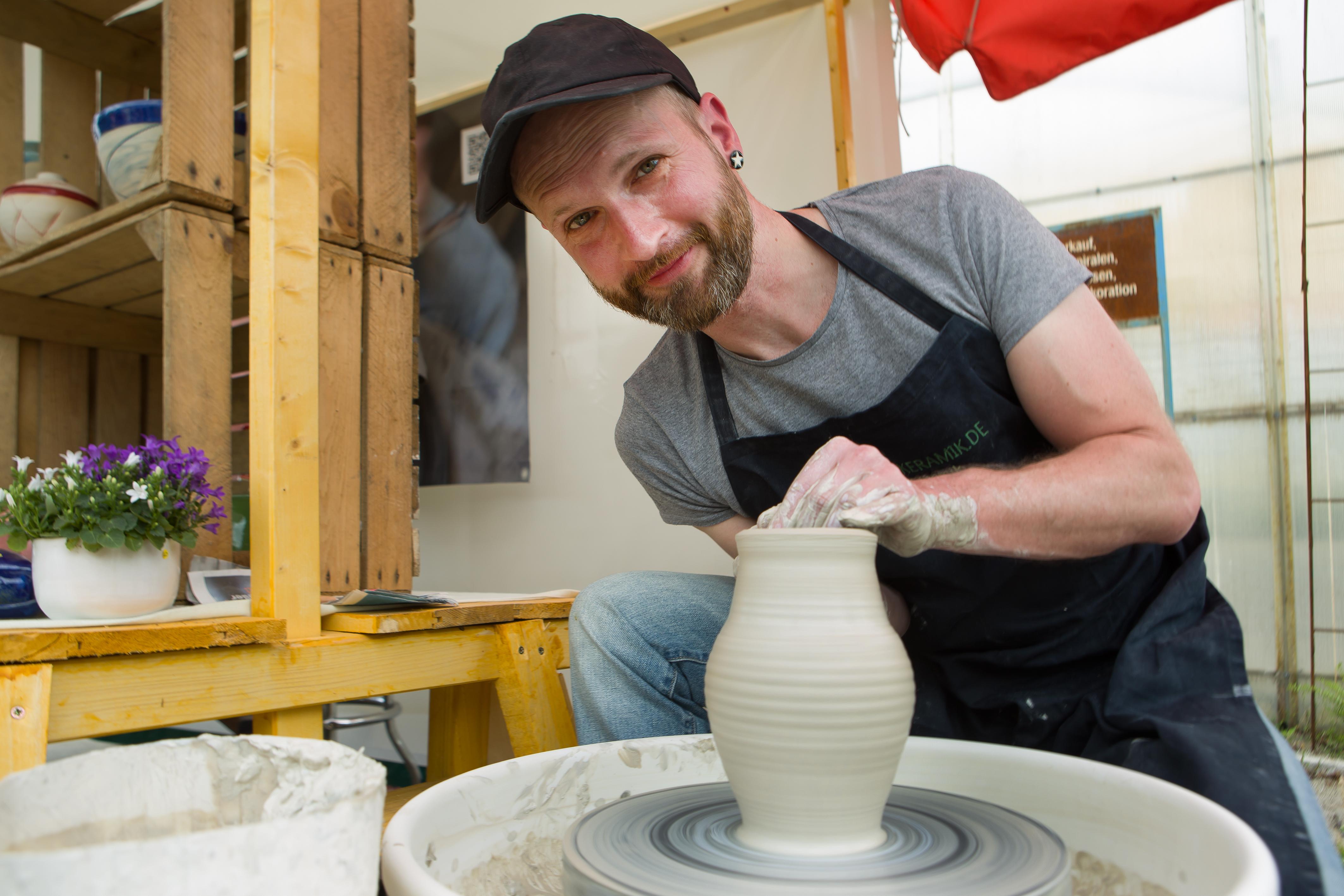 Keramikmeister Michael Sommer beim Töpfern auf der Drehscheibe - Pressefoto, 5,71 MB