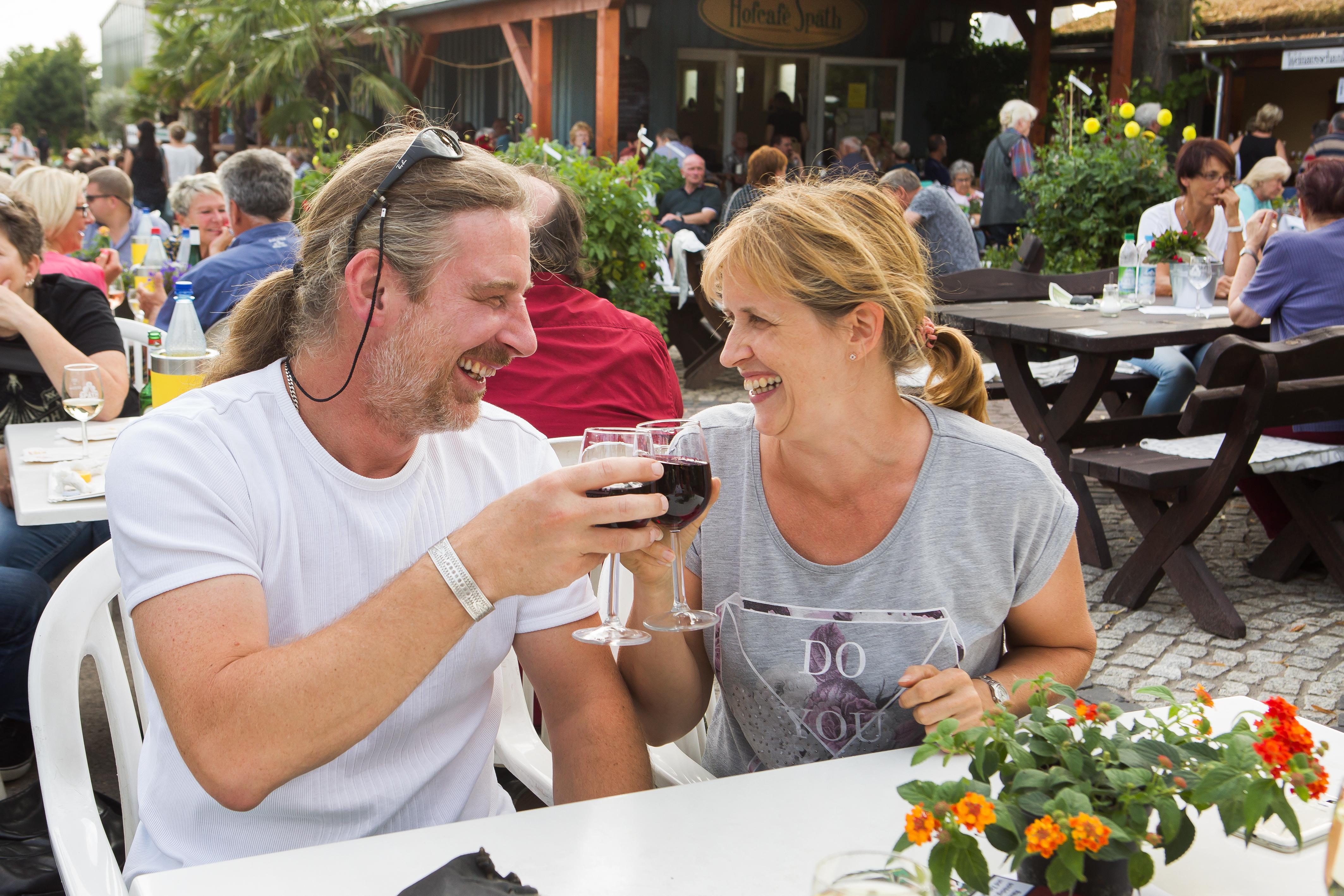 Weinfest in den Späth'schen Baumschulen, Pressefoto: Gäste mit Weinglas, 9,33 MB
