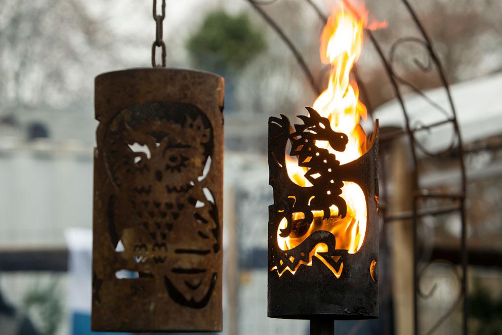 Gartenfackel aus Metall mit Drachenmotiv