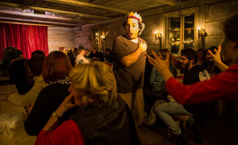 Monbijou-Theater: Schauspieler in der Märchenhütte mit Publikum