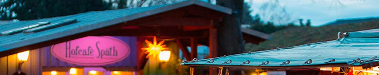Eingang zum Hofcafé Späth bei winterlicher Dämmerung
