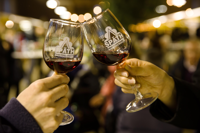 Anstoßen mit zwei Weingläsern mit Späth-Logo