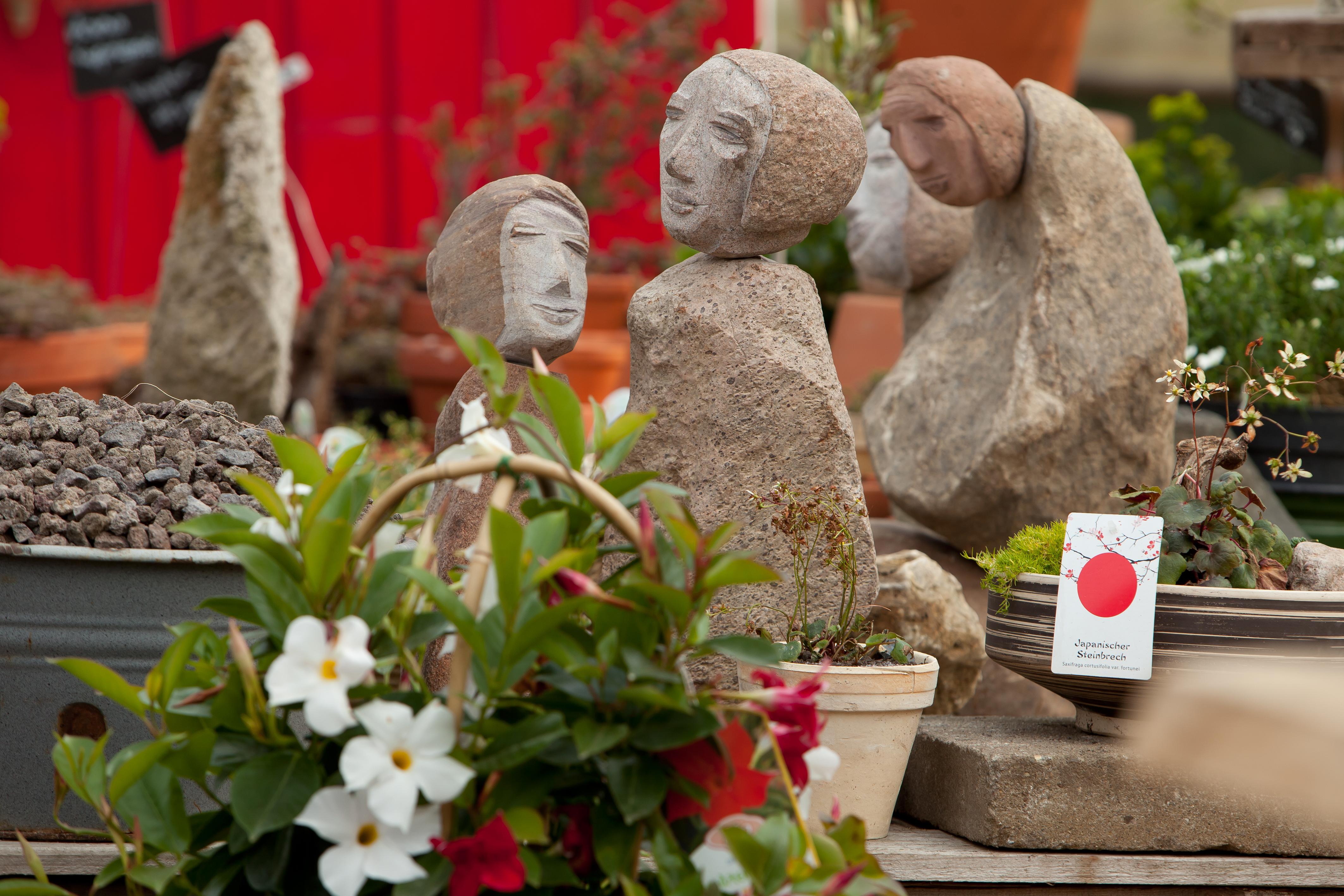 Figuren mit Kopf und Körper aus Sandstein