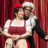 Schauspieler des Monbijou-Theater spielen Rotkäppchen und der Wolf