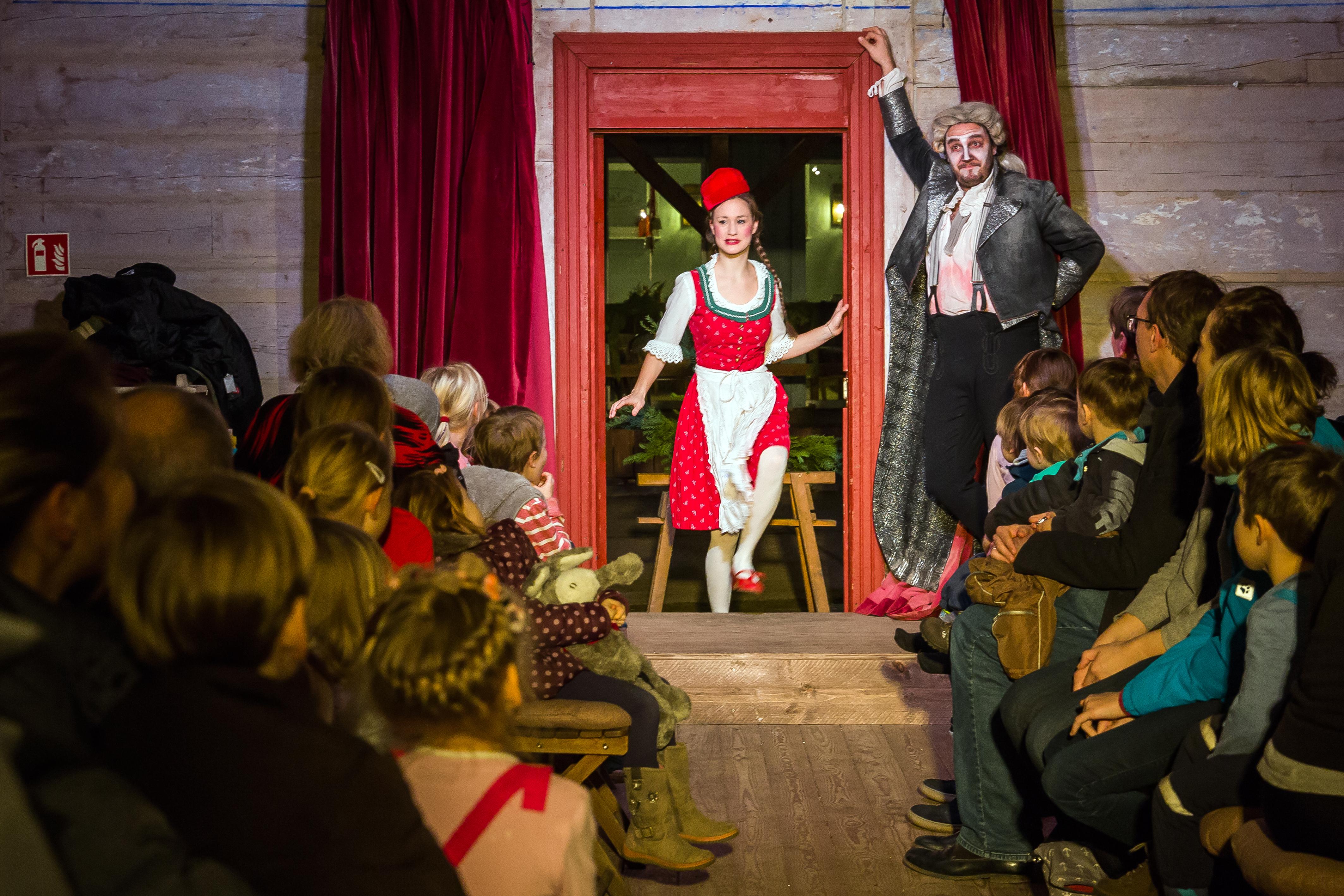 Hexenberg Ensemble in der Märchenhütte: Rotkäppchen und der Wolf