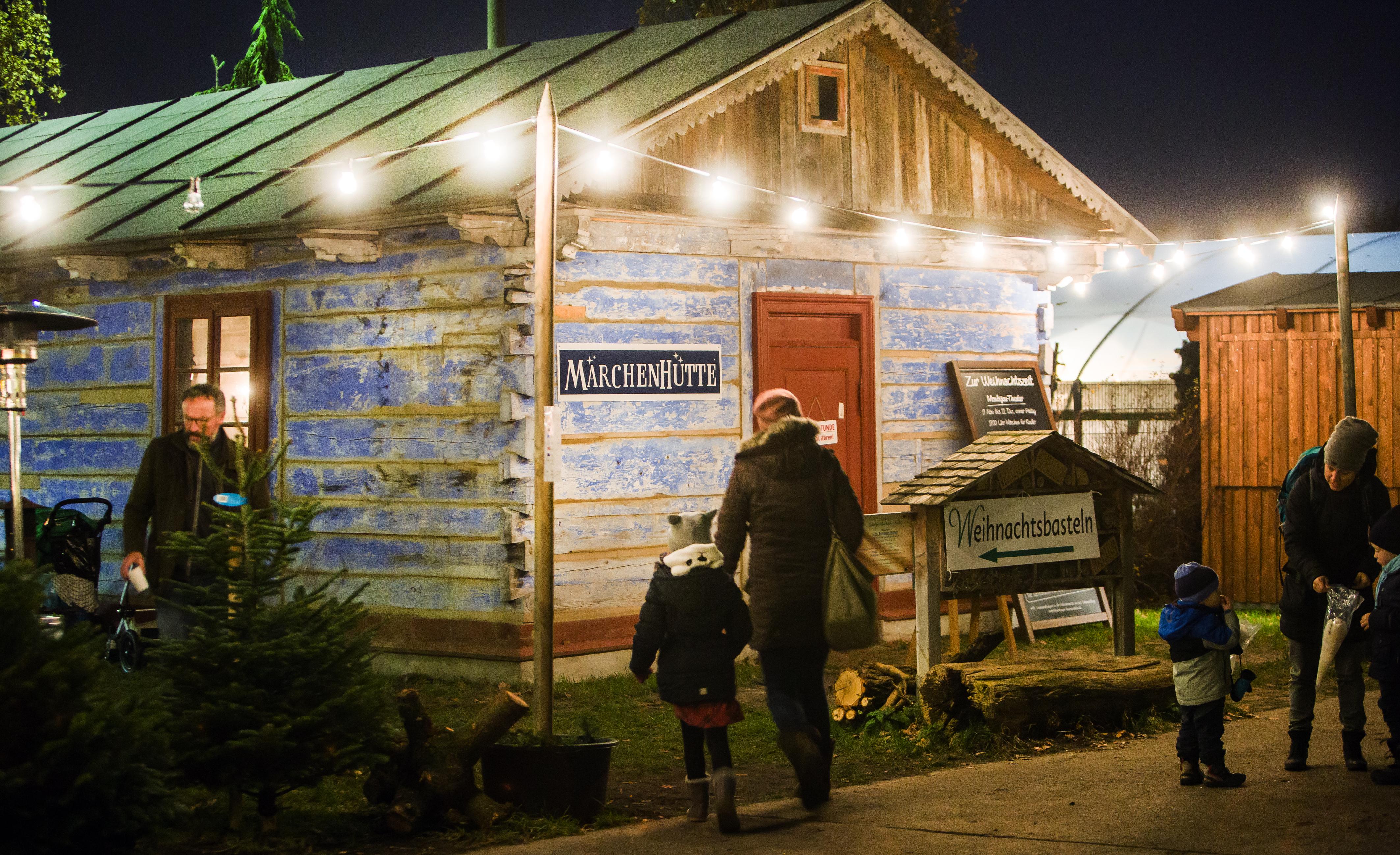 Blaue Märchenhütte in den Baumschulen Späth