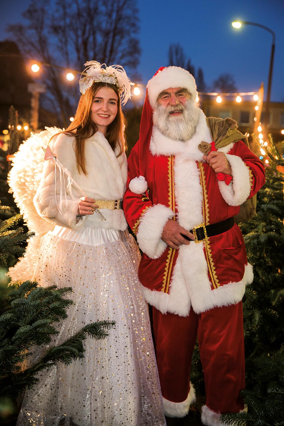 Weihnachtsengel und Weihnachtsmann im Tannenwald
