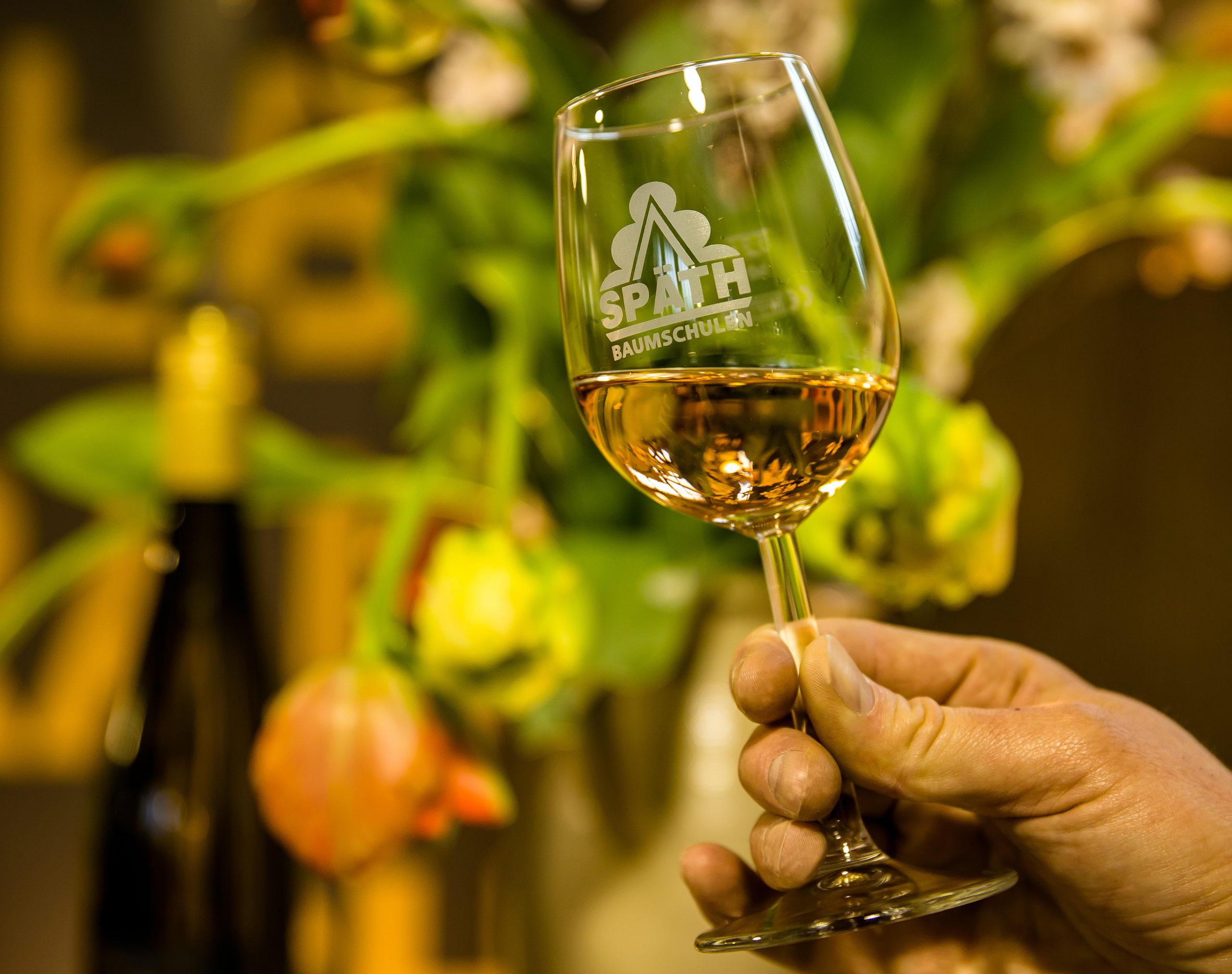 Weißwein im Weinglas mit Späth-Logo