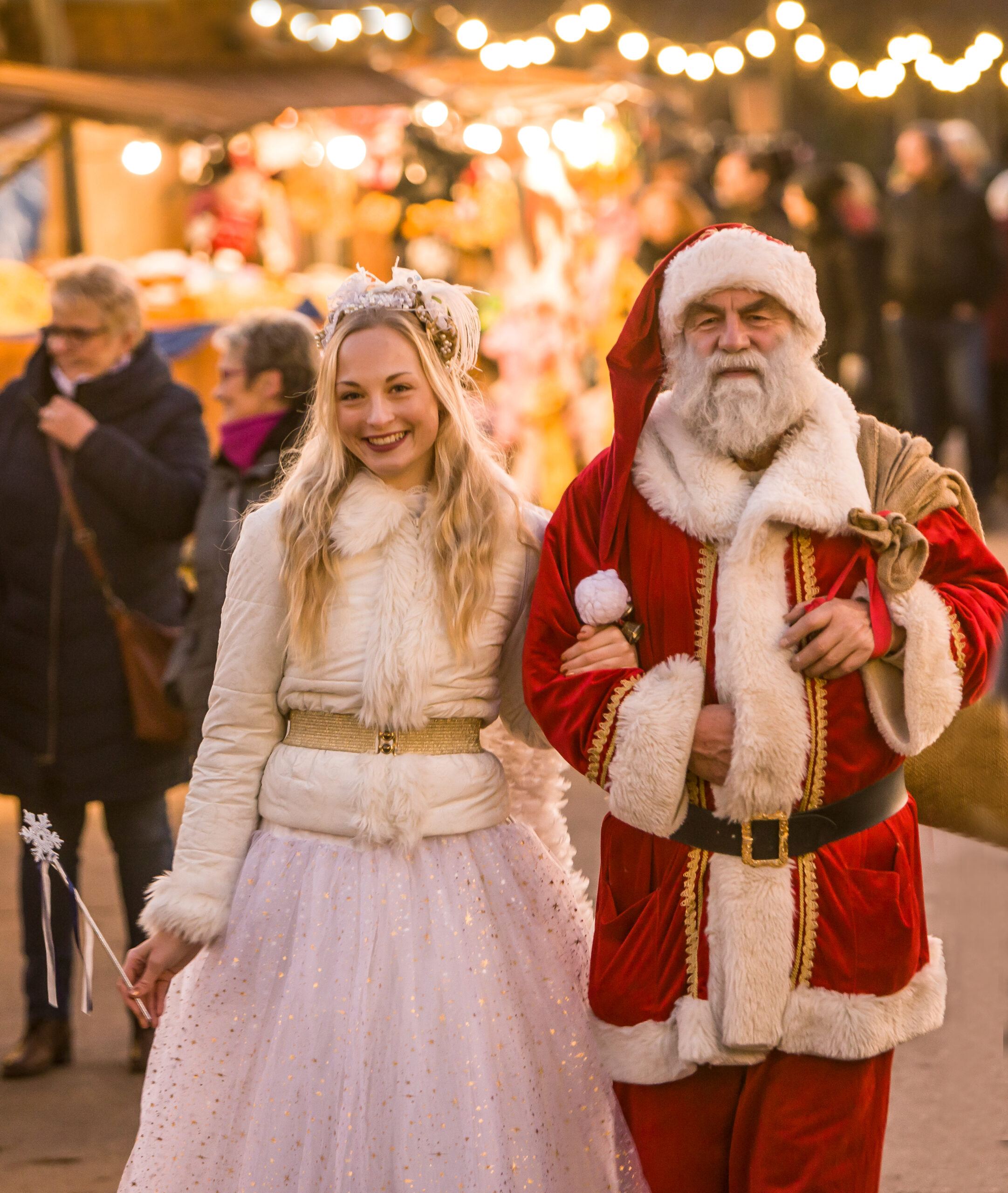 Blonder Engel und Weihnachtsmann