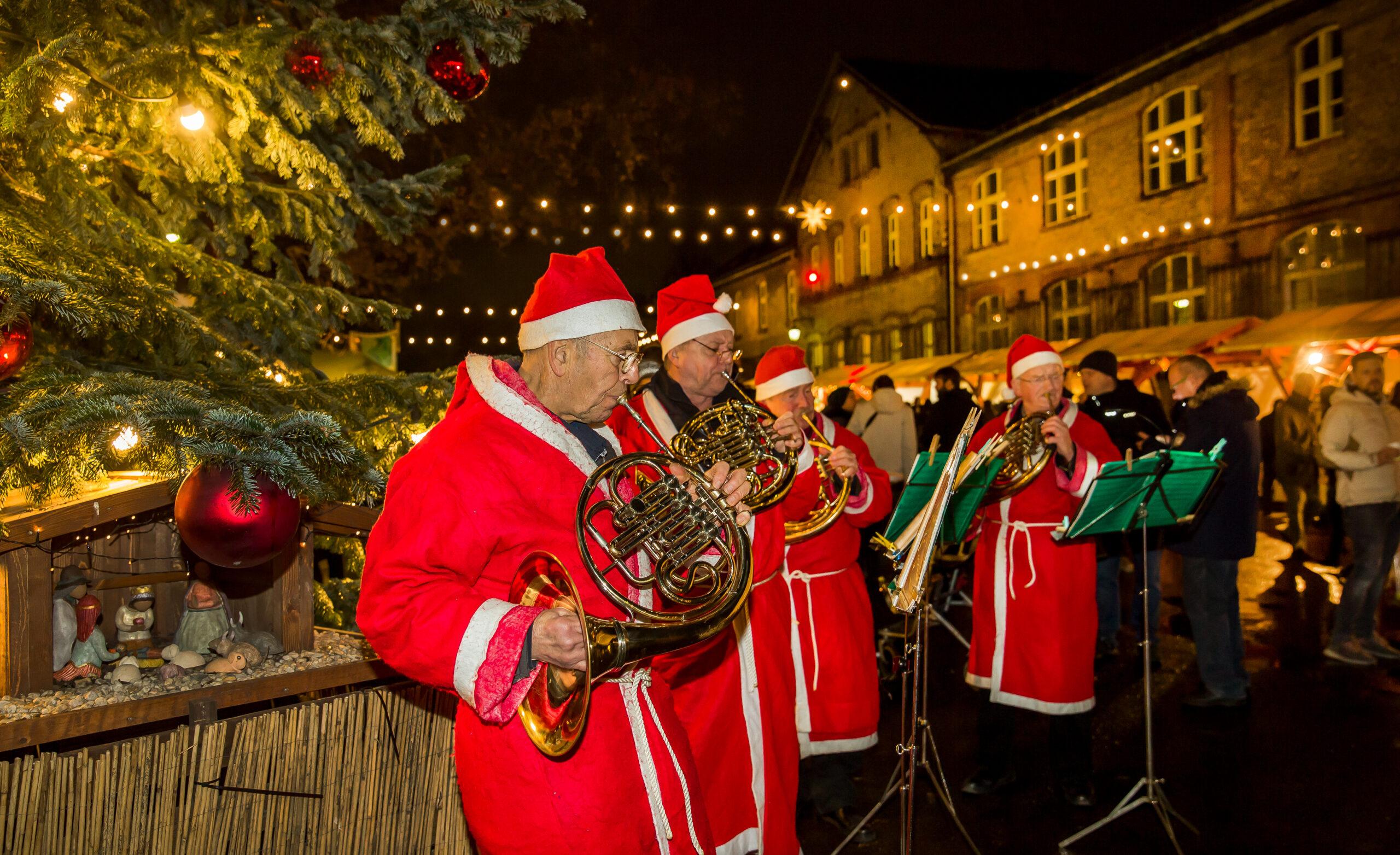 Weihnachtsmänner-Hornquartett auf dem historischen Hof der Baumschulen Späth