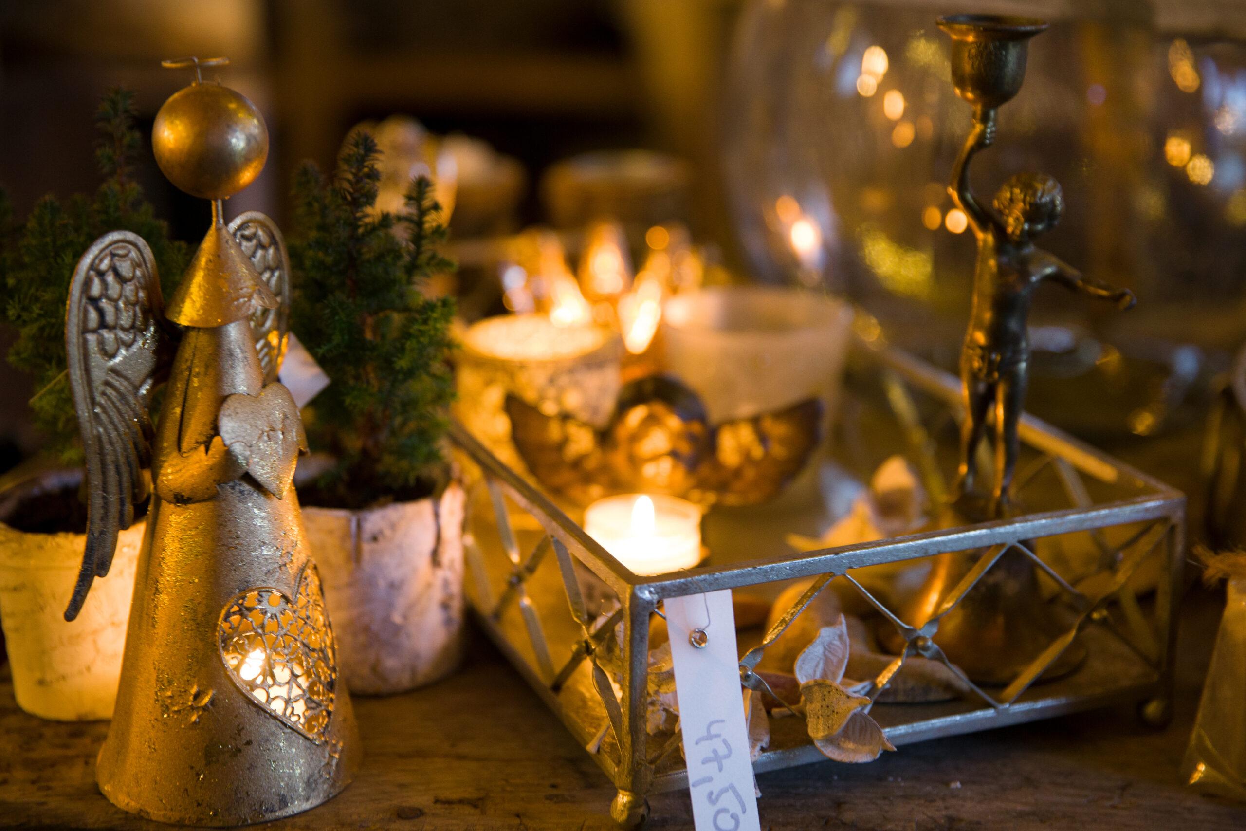 Bronzefiguren und adventliche Lichter