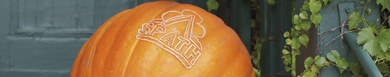 Großer Halloween-Kürbis mit eingeschnitztem Späth-Logo